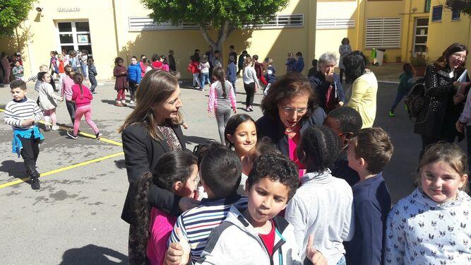 Gracía Fernández y Francisca Fernández dialogan con alumnos inmigrantes.