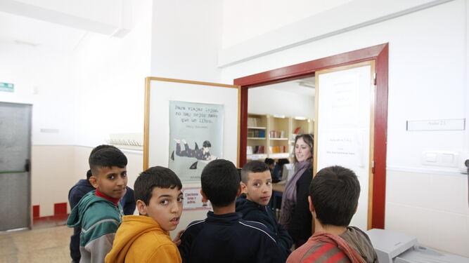 Alumnos esperan para entrar al aula ATAL en el CEIP Santa María del Águila de El Ejido.