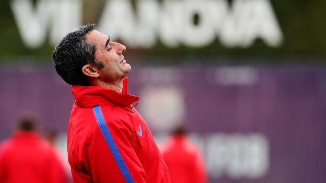 El entrenador del Barcelona, Ernesto Valverde, durante el entrenamiento de la plantilla en la ciudad deportiva.