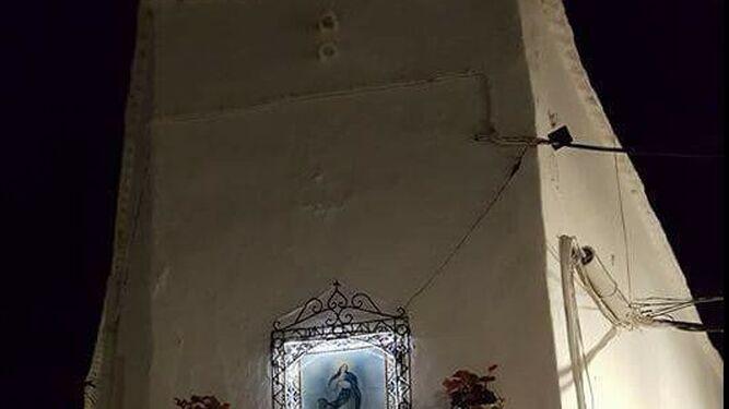 El mosaico de la Virgen ya ilumina a los vecinos de la Calle Las Eras