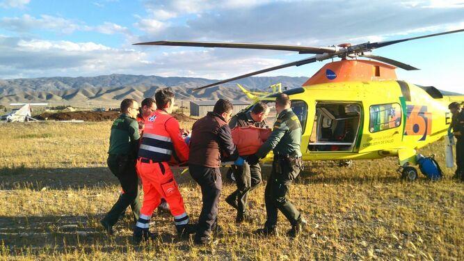 Evacúan a los heridos en helicóptero.