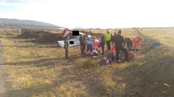 Los equipos de emergencias atienden a los dos heridos tras el accidente del ultraligero.