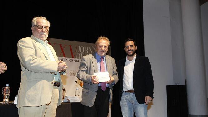 Manuel Galiana recibió una placa de manos del concejal Carlos Sánchez.