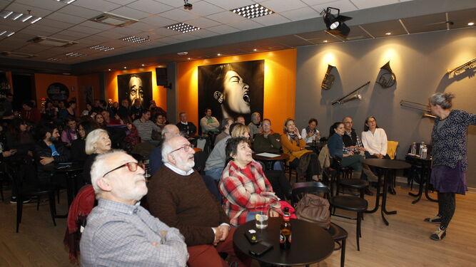 Público asistente a la tertulia sobre astronomía, que al final de la actividad disfrutó de un concierto de música.
