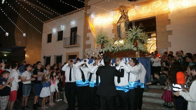 La Virgen del Rosario, en procesión por las calles del municipio.