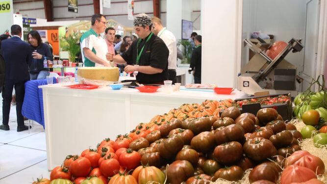 1. El tomate es uno de los productos estrella en esta feria, al igual que en el término municipal de Níjar. 2 y 3. Las empresas cuidan cada detalle en sus expositores. 4. La maquinaria también luce. 5. El público recorre los estands observando las novedades.