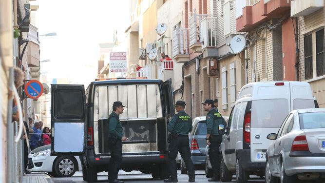 Agentes de la Guardia Civil custodian los momentos previos al levantamiento del cadáver del menor.