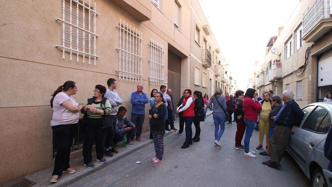 Numerosos vecinos se congregaron junto al lugar de los hechos.