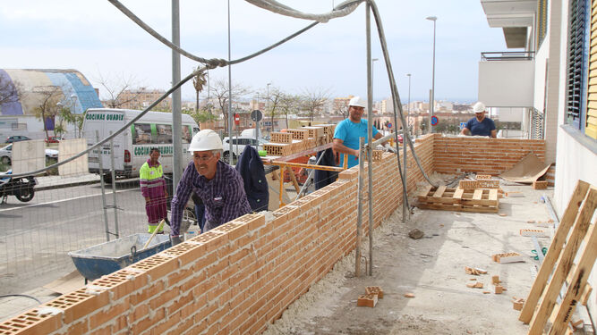El alcalde junto al arquitecto Góngora y el gerente de Almería XXI en la cocina del piso piloto de La Molineta.