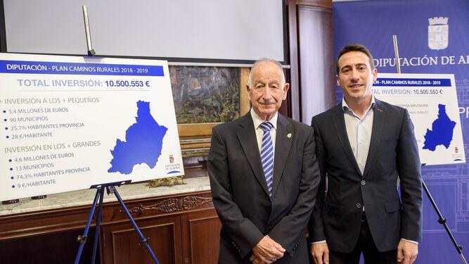 El presidente de Diputación, Gabriel Amat, y el diputado de Fomento, Óscar Liria, presentaron ayer el segundo Plan de Caminos Rurales desde que Amat dirige la institución supramunicipal.