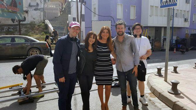 Carolina Lafita con el director y los protagonistas de la serie ayer durante el rodaje en Pescadería.