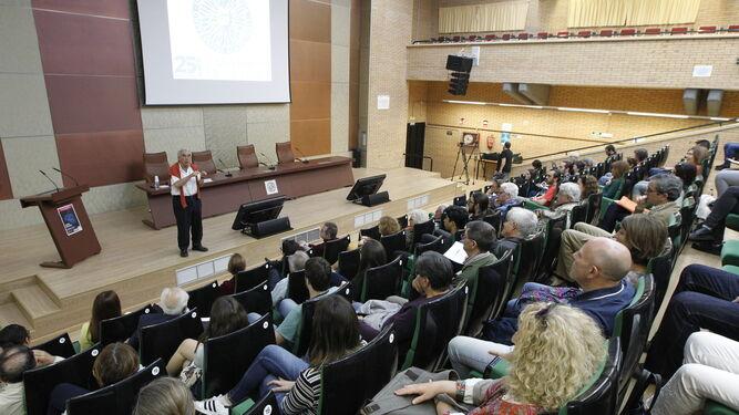 Antonio Hernando Grande ante un auditorio repleto de público para escuchar su conferencia.