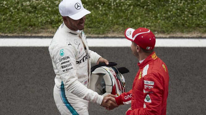 Lewis Hamilton saluda a Sebastian Vettel, tras la sesión de clasificación del Gran Premio de España de Montmeló.