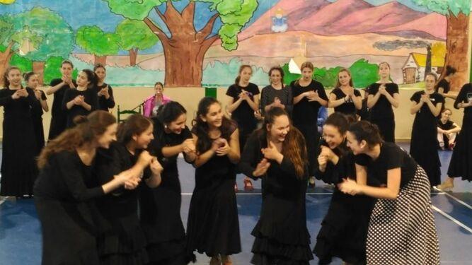El Departamento de Danza clásica en el espectáculo 'Rosas sobre la maleta'.