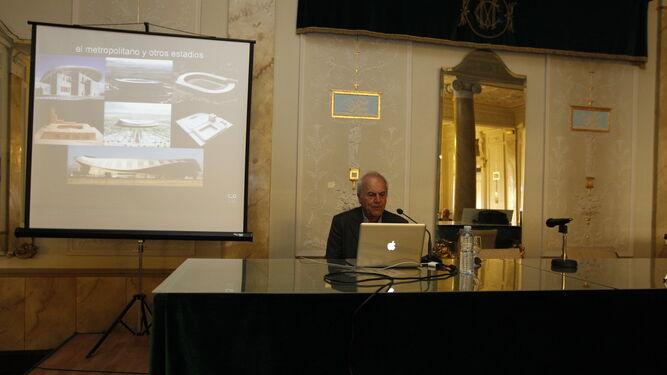Antonio Cruz mostró con fotografías muchos de los trabajos que ha realizado.