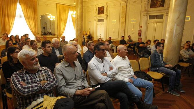 El Círculo Mercantil de Almería albergó la conferencia del arquitecto Antonio Cruz ante más de medio centenar de asistentes.