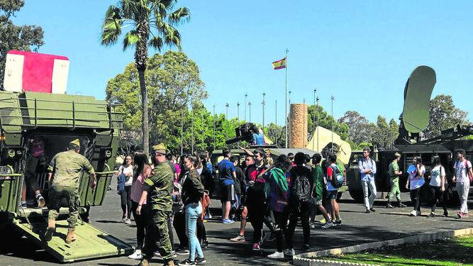 Los alumnos recorren la exposición de vehículos en el Patio de Armas.