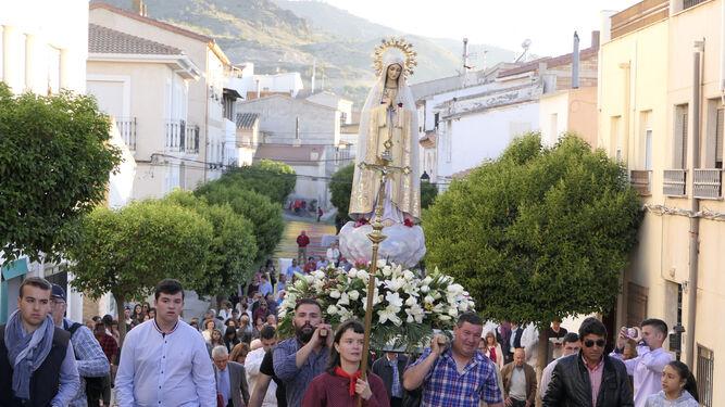 Momento de la procesión de la virgen de Fátima.