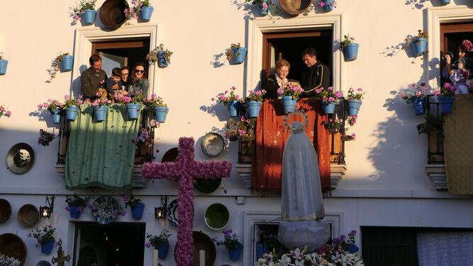 Los balcones también se han ataviado para la ocasión.