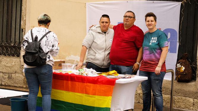 Delia Mira y Francisco Góngora con los mensajes del colectivo.