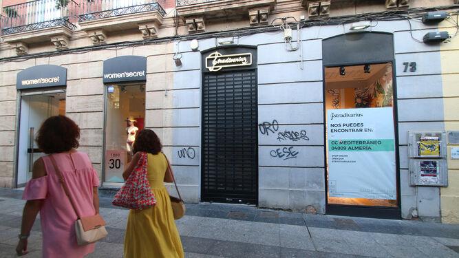 Su Cierra Stradivarius Del Paseo El Grupo Tienda Almería De Zara WED9HI2