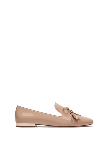 Mocasines: sin costuras y el color nude. De Zara.