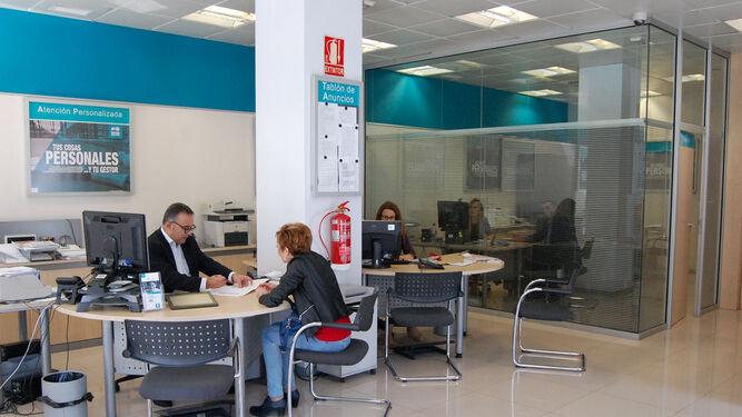 Un Empleado De Cajamar Atiende A Cliente En Una Las Oficinas