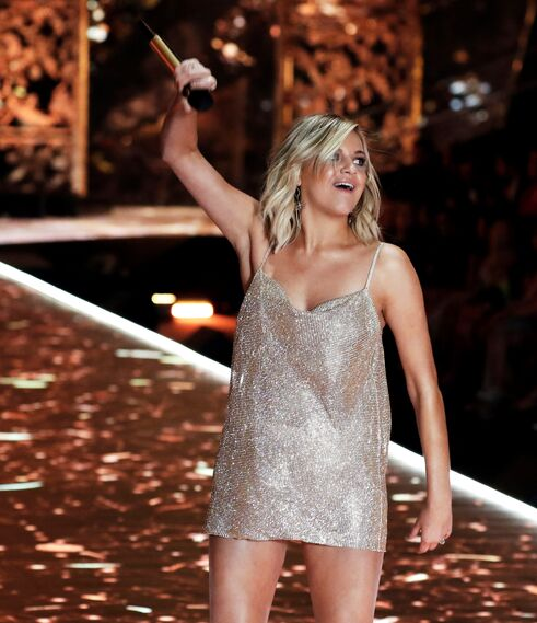 Kelsea Ballerini, de The Chainsmokers, actuando durante el desfile el Victoria's Secret Fashion Show 2018