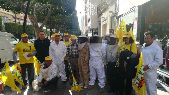Grupo de apicultores en el Paseo de Almería.