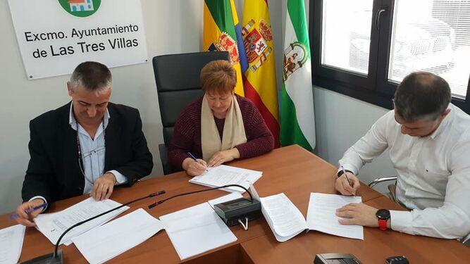 La alcaldesa ha rubricado este pasado lunes el contrato de construcción de la residencia.