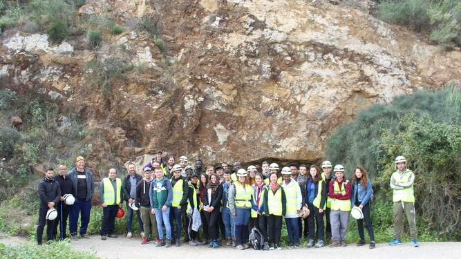 Grupo de estudiantes frandes de geología en la entrada de la mina Mulata.