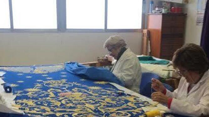 El bordado del manto es una tarea meticulosa y laboriosa