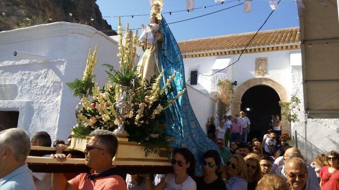 Los romeros sacan a hombros a la Virgen del Rosario