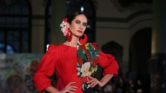 <p>Con mangas retro y mantón estampado.&nbsp;Diseño de Alba Calerón en Viva by We Love Flamenco 2019.</p>