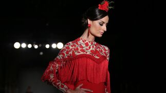 <p>Con flecos y bordados. Diseño de José Hidalgo en We Love Flamenco 2019.</p>