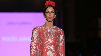 <p>Con capa superior de organza y bordados. Diseño de Paco Prieto en We Love Flamenco 2019.</p>
