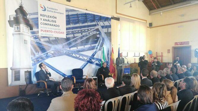 El presidente de la Fundación Bahía Almeriport, Diego Martínez Cano, presentó la intervención del arquitecto Jerónimo Junquera