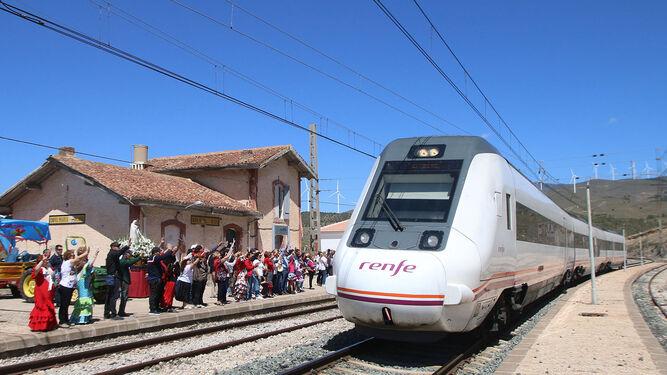 El tren llegó, saludó y pasó a velocidad de AVE, pero con 43 minutos de retraso