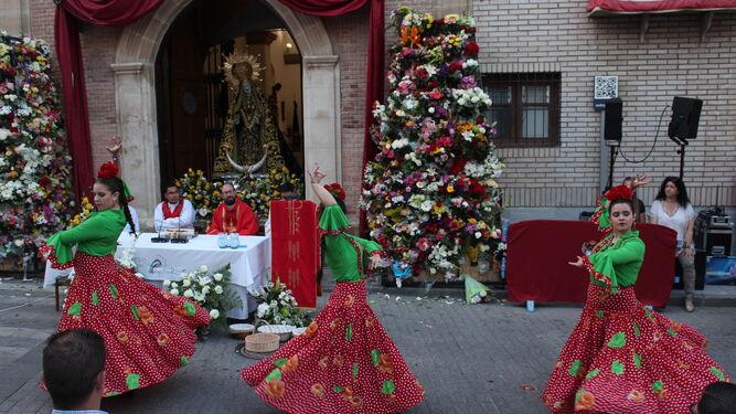El grupo de baile Las Chibancas en la ofrenda floral del domingo.