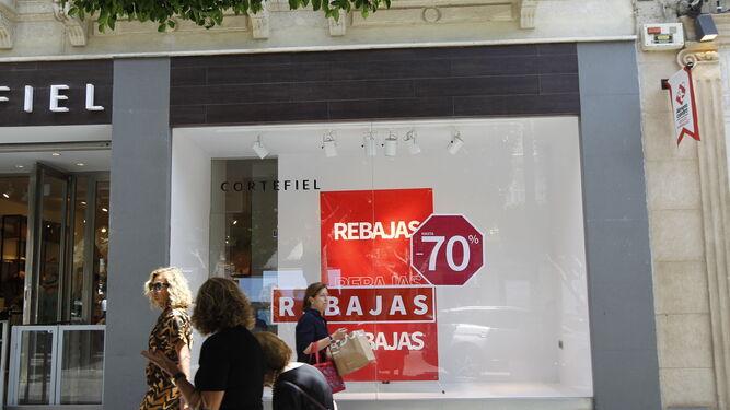 bb1cb10663a Goteo continuo en las tiendas del centro de la capital ante las rebajas.