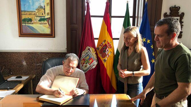 El obispo Ginés García Beltrán firma en el Libro de Honor de Huércal-Overa.
