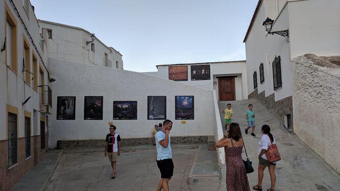 Las lonas con las fotografías en las calles del Barrio de San Antón en Abla.
