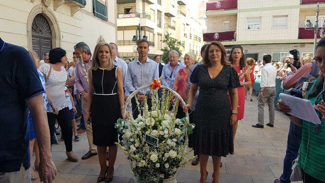 Maribel Sánchez y Carmen Crespo llevando flores a la Patrona.