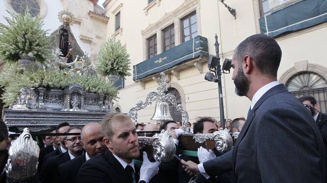 El alcalde realizó la primera levantá de la Patrona en la calle.