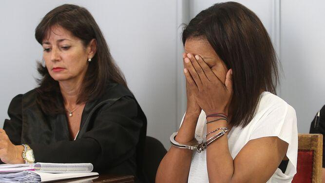 Ana Julia Quezada junto a sus abogados