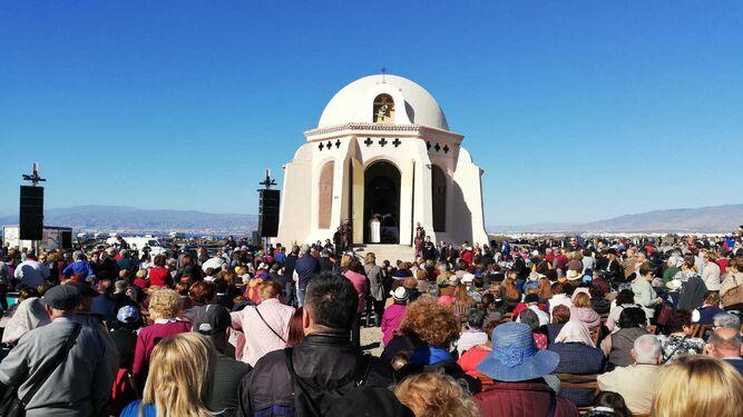 Los fieles, congregados en torno a la ermita.