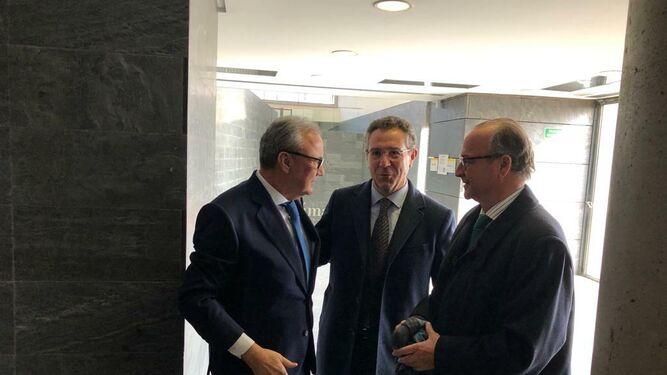 Cosentino con el presidente de Cajamar, Eduardo Baamonde, y el senador, Luis Rogelio Rodríguez-Comendador.