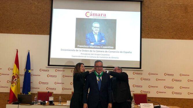 Francisco Martinez-Cosentino recibe la Encomienda.