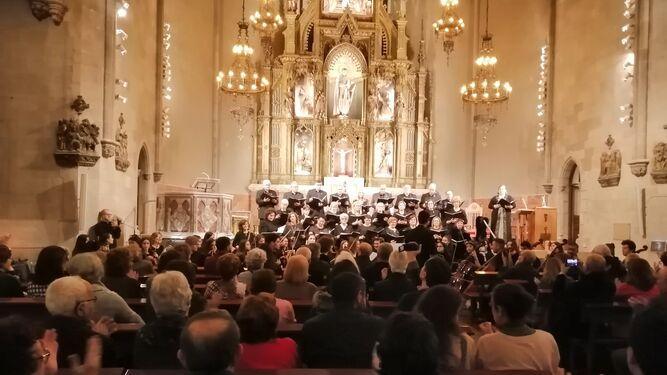 La Coral y la Joven Orquesta en la iglesia de San Raimundo de Peñafort en las Ramblas.