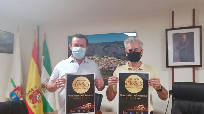 El alcalde, Antonio Fernández, y el concejal Félix Ortiz muestran el cartel del programa municipal.
